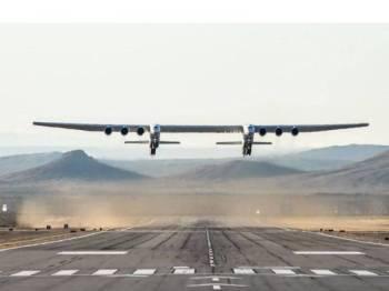 Pesawat Stratolaunch melakukan ujian penerbangan sulung di Gurun Mojave di California, semalam.