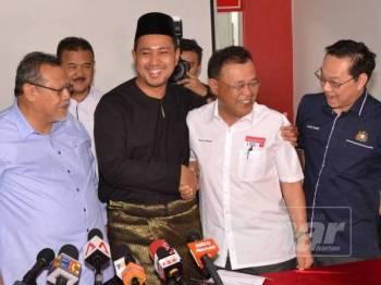 Menteri Besar Johor yang baru dilantik, Dr Sahruddin Jamal (dua dari kiri) bersalaman dengan Datuk Osman Sapian selepas mengadakan sidang akhbar di Pejabat Bersatu Johor Bahru hari ini. - Foto Raja Jaafar Ali