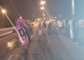 Kereta dinaiki mangsa terbalik dalam kelamagan Jalan Lingkaran Dalam kira-kira jam 1 pagi.