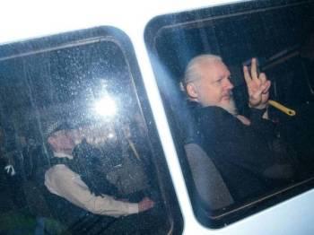 Assange ditahan polis Britain di kedutaan Equador di London, Khamis lalu.