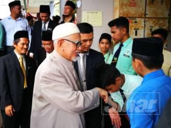 Pelajar SMAASZA mengambil kesempatan untuk bersalaman bersama Abdul Hadi.