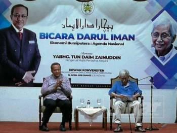 Tun Daim (kanan) bersama Menteri Besar Terengganu, Dr Ahmad Samsuri Mokhtar pada program Bicara Darul Iman di Wisma Darul Iman, hari ini.