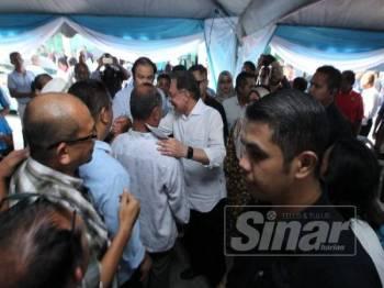 Anwar beramah mesra dengan warga Kuantan sebaik sahaja tiba di pekarangan Pejabat PKR Pahang, hari ini.