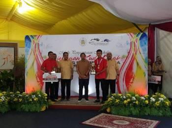 Mohammad Fuad (dua dari kanan) menerima hadiah kejuaraan yang disampaikan oleh Sultan Mizan.