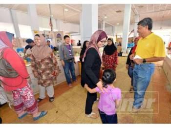 Mohamad ketika bertemu pengundi di Pasar Pekan Rantau, di sini, semalam.- Foto Sinar Harian