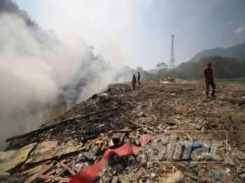 Sungai Benus tercemar angkara tindakan membuang sampah secara haram di kawasan berhampiran.