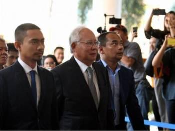 Najib (dua, kiri) tiba di Kompleks Mahkamah Kuala Lumpur hari ini pada hari kedua perbicaraan berhubung kes penyelewengan dana SRC International Sdn Bhd yang dihadapinya. - Foto Bernama