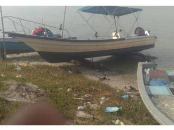 Bot dinaiki mangsa hilang di Pelabuhan Barat, Pelabuhan Klang, semalam.