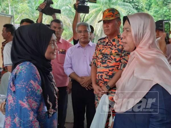 Zuraida sempat bertemu dengan ibu Acap, Siti Maznah yang hadir di Pos Kawalan Bomba Kampung Pintu Padang, hari ini.