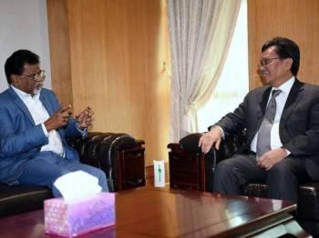 Ketua Menteri Sabah Datuk Seri Mohd Shafie Apdal (kanan) ketika menerima kunjungan daripada Menteri Air, Tanah dan Sumber Asli Dr Xavier Jayakumar di Bangunan Pusat Pentadbiran Kerajaan Negeri Sabah hari ini. - Foto Bernama