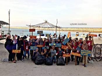 Pelajar MyAgrosis, UUM dan UMT bergambar setelah tamat aktiviti membersihkan pantai pada hari berkenaan.