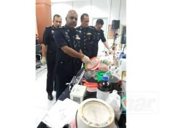 Anbalagan menunjukkan peralatan memproses dadah yang dirampas dari rumah suspek dalam pemeriksaan yang dibuat malam kelmarin.