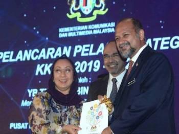 Menteri Komunikasi dan Multimedia Gobind Singh Deo (kanan) menyerahkan buku Pelan Strategik Kementerian Komunikasi dan Multimedia Malaysia (KKMM) 2019-2023 kepada Ketua Pegawai Eksekutif Pertubuhan Berita Nasional Malaysia (Bernama) Nurini Kassim (kiri) pada Majlis Anugerah Perkhidmatan Cemerlang (APC) 2018 KKMM di Pusat Konvensyen Antarabangsa Putrajaya (PICC) hari ini. Turut kelihatan Timbalan Ketua Setiausaha Kementerian Komunikasi dan Multimedia (KKMM) Shakib Ahmad Shakir (tengah). - Foto Bernama