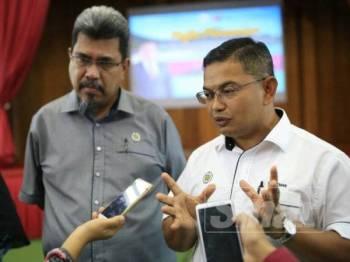 Azman (kanan) bersama Pengarah Perikanan Terengganu, Zawawi Ali ketika ditemui media selepas merasmikan Bengkel Pemurnian Kaedah-Kaedah Perikanan (Akuakultur Perikanan Darat) Negeri Terengganu, di Akademi Perikanan Malaysia, Chendering, di sini, hari ini.
