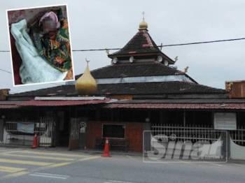Mayat bayi dalam bungkusan kain dan terdapat kesan darah pada hidung yang ditemui oleh AJK Masjid Asy Syakirin, Kampung Pasir Puteh Bachang, di sini, kira-kira jam 6.30 pagi tadi.