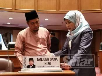 Hanif (kiri) berbincang sesuatu dengan ADUN Bandar Baharu, Datuk Norsabrina Mohd Noor sebelum hari kedua Sidang DUN Kedah ke-14 bermula, semalam.