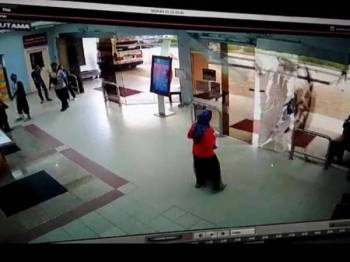 Suspek merempuh pintu kaca lobi hospital