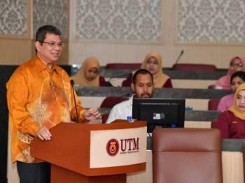 Menteri Luar Datuk Saifuddin Abdullah memberi ucaptama dan merasmikan Seminar Antarabangsa Mengenai Isu Global di Dewan Senat, di Universiti Teknologi Malaysia (UTM) Skudai hari ini. - Foto Bernama