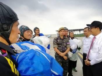 Ahmad Faizal (kanan) menyapa anggota Unit 69 Komando yang terlibat mengadakan persembahan payung terjun.