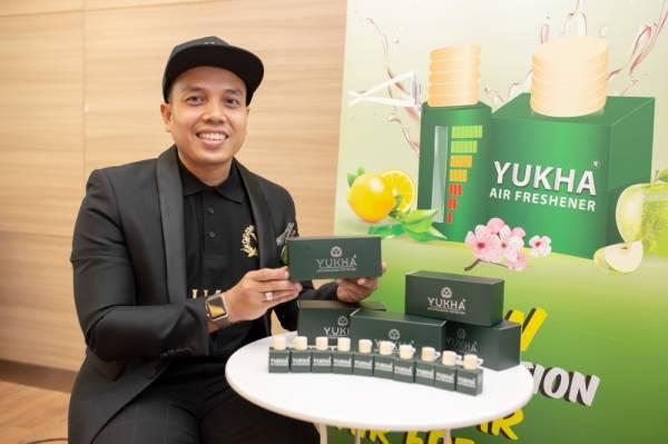 Wan Mohd Harizmi bersama produk baharunya, Yukha Air Freshener.