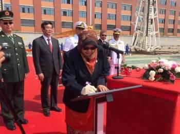 Gambar isteri Menteri Pertahanan, Normah Alwi merasmikan LMS Keris iaitu kapal pertama LMS untuk TLDM di Wuhan, China.