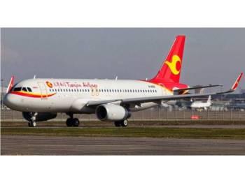Penerbangan sebuah pesawat Tianjin Airlines tergendala akibat perbuatan warga emas mencampakkan duit syiling ke dalam enjin pesawat. - Gambar Hiasan