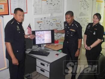 Mohd Azhan (kiri) menunjukkan jalan yang akan ditutup sempena TDIJ 2019.