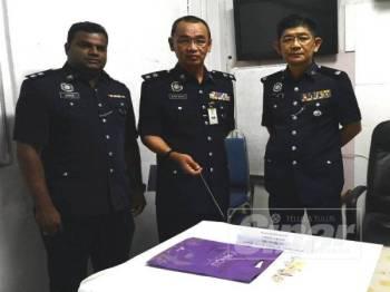 Nor Azmi (tengah) bersama pegawainya menunjukkan dadah yang dirampas pada sidang media di IPD Sabak Bernam, hari ini.