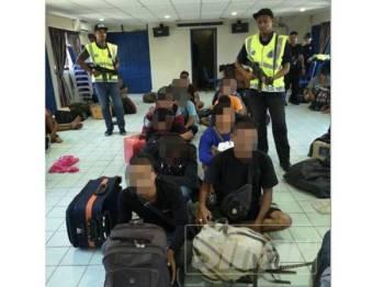 Sebahagian daripada PATI yang ditahan polis menerusi Op Landai Khas di sekitar Tanjung Rhu hingga Felda Tenggaroh, Mersing, kelmarin.