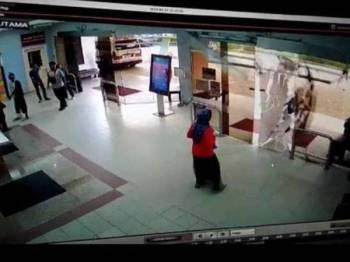 Paparan CCTV memaparkan pintu kaca di Hospital Putrajaya pecah akibat dilanggar seorang lelaki, Isnin lalu.