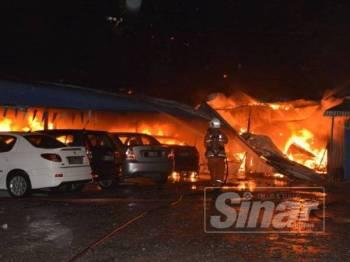 Sebanyak 23 kenderaan musnah dalam kebakaran di premis kenderaan terpakai di Lukut, awal pagi tadi.