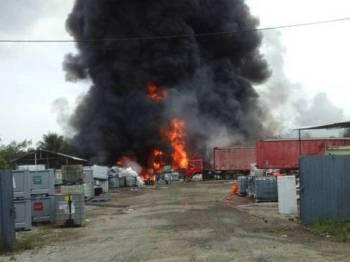 Stor simpanan bahan berjadual di Port Dickson terbakar.