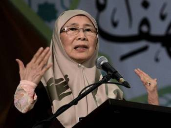 Timbalan Perdana Menteri, Datuk Seri Dr Wan Azizah Wan Ismail menyampaikan ucapan pada majlis World Convention Al-Kahf di Pusat Islam, hari ini. - Foto Bernama