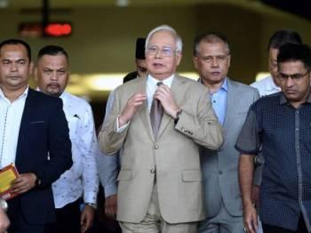 Bekas Perdana Menteri, Datuk Seri Najib Tun Razak keluar daripada mahkamah selepas perbicaraan kes yang dihadapinya membabitkan dana SRC International Sdn Bhd (SRC International) berjumlah RM42 juta di Mahkamah Tinggi Kuala Lumpur hari ini. - Foto Bernama