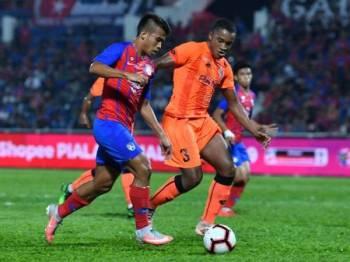 Pemain PKNS FC mengasak Safawi Rasid dalam aksi Piala FA 2019 di Larkin, sebentar tadi.