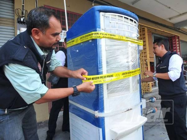 Wazir menyita salah satu mesin penapis air selepas didapati tidak mempunyai lesen ketika melakukan operasi di seluruh negeri di sini, semalam.
