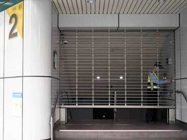 Anggota keselamatan Taipei Mass Rapid Transit (MRT) menutup pintu ke sebuah stesen di New Taipei City sebagai langkah berjaga-jaga selepas gempa bumi 6.1 magnitud melanda Taiwan hari ini. - FOTO AFP