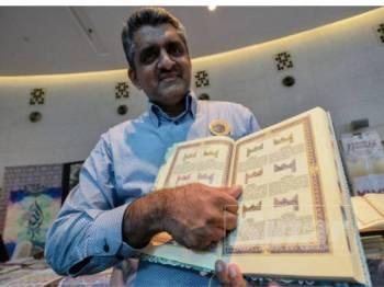 Mohamad Anwar menunjukkan senaskah al-Quran di pameran Simposium Keagungan al-Quran sempena Majlis Tilawah dan Hafazan al-Quran Antarabangsa di Pusat Konvensyen Kuala Lumpur, semalam. - Foto Sinar Harian SHARIFUDIN ABDUL RAHIM