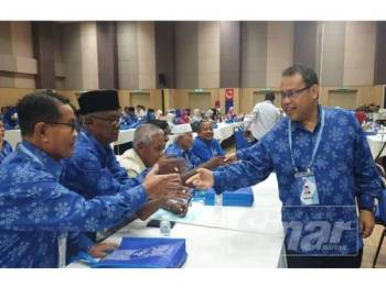 Abdul Fattah bersalaman bersama peserta persidangan di Dwan Tun Razak, semalam.