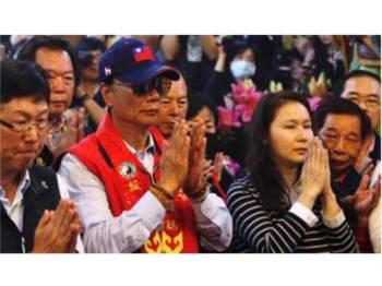 Terry Gou (baju merah) mendakwa dewi laut Mazu memintanya mengamankan Taiwan. - Foto Reuters