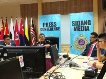 Shaharuddin (dua dari kiri) pada Sidang Media JPJ di Putrajaya hari ini.