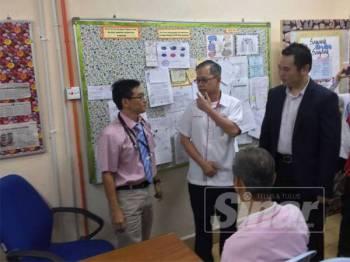 Boon Chye (tengah) ketika melawat Hospital Kampar, di sini hari ini.