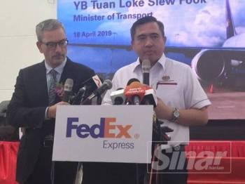 Menteri Pengangkutan, Loke Siew Fook menjawab pertanyaan media pada sidang media selepas hadir melancarkan pembukaan stesyen baharu FedEx Johor di i-Park Senai Airport City di sini.