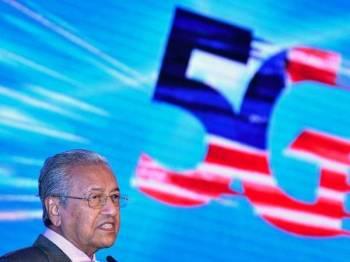 Perdana Menteri Tun Dr Mahathir Mohamad menyampaikan ucaptama pada pelancaran 5G Malaysia Progressing Humanity hari ini. - Foto Bernama