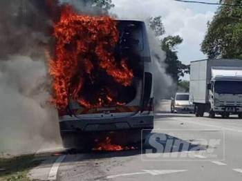 Bas terbakar dalam kejadian di Padang Sembilan, Pahi, hari ini.