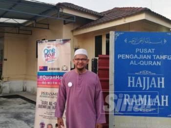 Ustaz Sham berdiri di hadapan Rumah Ngaji miliknya di Jalan Daud, Muar.