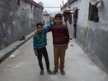 Sahlan Abdoul Halim, 12, (kanan) dan adiknya Shahir Abdoul Halim, 9, bergambar di lorong rumahnya di kem pelarian Eman Yatim, Ad Danah, pada Rabu. - Bernama
