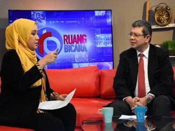 Menteri Luar, Datuk Saifuddin Abdullah ditemubual oleh hos Wan Syahrina Wan Ab Rahman pada program Ruang Bicara bertajuk 'Statut Rom' bersama Bernama News Channel (BNC) di Wisma Bernama baru-baru ini. - Foto Bernama