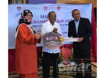 Dr Zaiton menyerahkan replika kunci kepada Dr Mohd Hisbany disaksikan oleh Salleuddin dalam majlis yang diadakan di Hotel UiTM semalam.