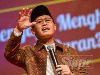 Ustaz Ambya Abu Fathin menyampaikan ceramah teknik membaca surah al-Kahf pada Seminar Al-Hafiz, Simposium Keagungan Al-Quran sempena Majlis Tilawah dan Menghafaz Al-Quran Peringkat Antarabangsa ke-61 di Pusat Konvensyen Kuala Lumpur (KLCC) di sini, semalam.